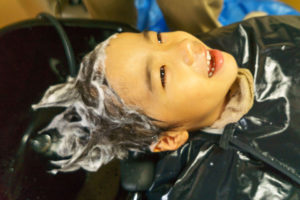 外出困難な子供のシャンプーカットの写真