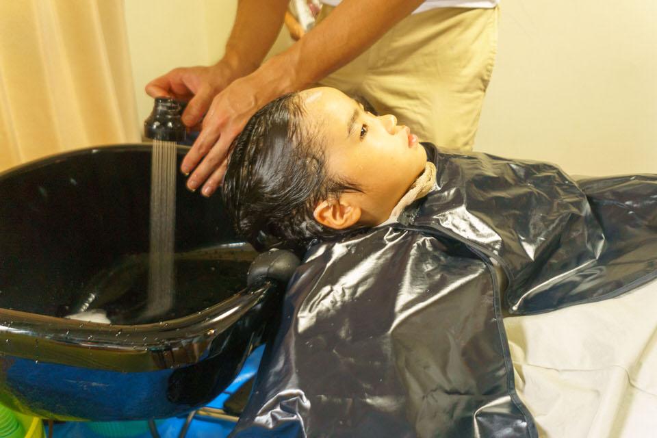 ポータブルシャンプー台で子供のシャンプー