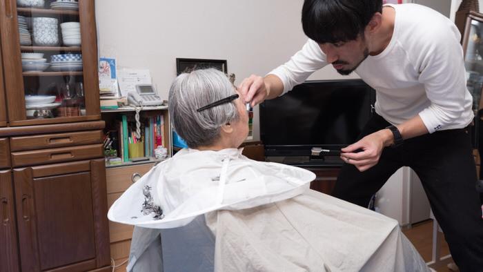 高齢者向けの出張訪問美容室での眉カット中の写真