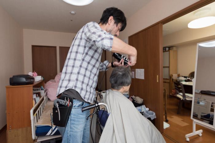 サービス付き高齢者住宅でのシャンプー&ブローの写真