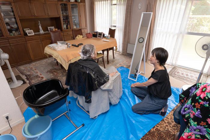 高齢の利用者様とケアリスト秋山の写真