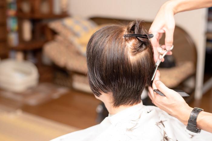 出張・訪問美容室が自宅で散髪する写真