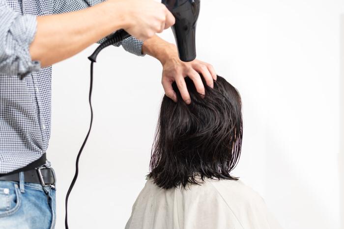 復元ドライヤーで髪の毛を乾かす写真