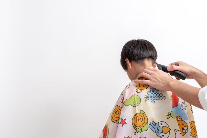 子供カットの散髪中の写真